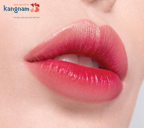 phụ nữ môi dày